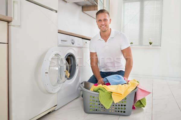 Homme coloré serviettes machine à laver jeune homme Photo stock © AndreyPopov