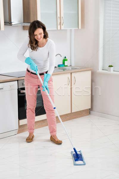 Vrouw schoonmaken vloer gelukkig keuken home Stockfoto © AndreyPopov