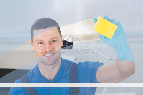 Travailleur nettoyage verre rag adulte Homme Photo stock © AndreyPopov