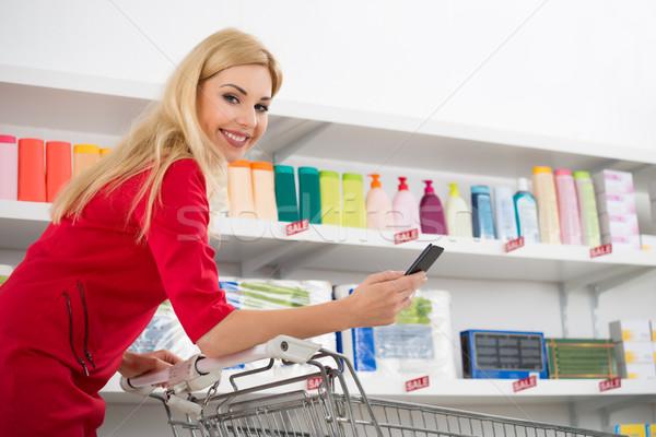 Stockfoto: Gelukkig · vrouw · smartphone · winkelwagen