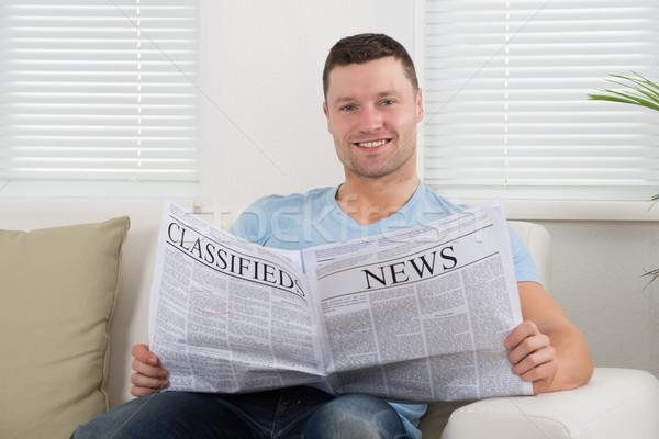 Hombre lectura periódico casa adulto sofá Foto stock © AndreyPopov