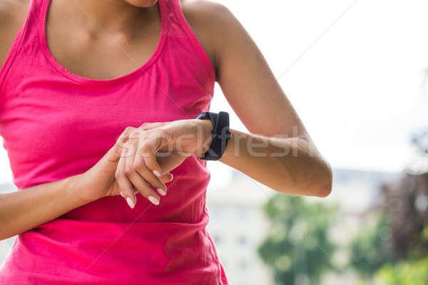 Stockfoto: Jonge · vrouw · smart · horloge · aanraken