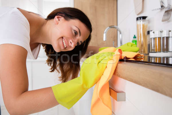 Primer plano mujer limpieza estufa cocina Foto stock © AndreyPopov
