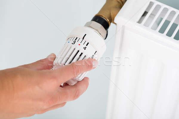 Persona termostato radiador válvula primer plano manos Foto stock © AndreyPopov