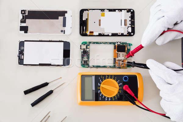 Persoon beschadigd mobiele telefoon digitale Stockfoto © AndreyPopov