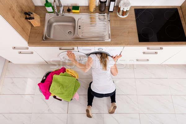 Foto stock: Mulher · dentro · máquina · de · lavar · roupa · ver · mulher · jovem