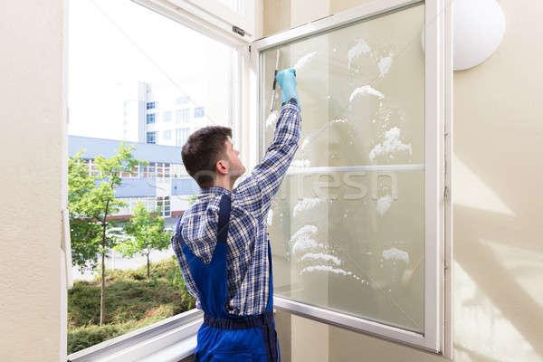 Huishoudster schoonmaken venster achteraanzicht jonge mannelijke Stockfoto © AndreyPopov
