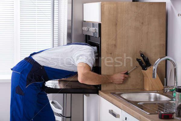 Elektricien oven schroevendraaier jonge mannelijke Stockfoto © AndreyPopov