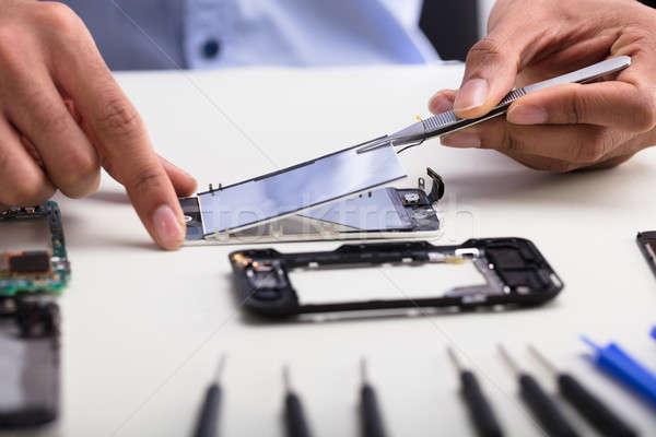 Technicus beschadigd scherm mobiele telefoon Stockfoto © AndreyPopov
