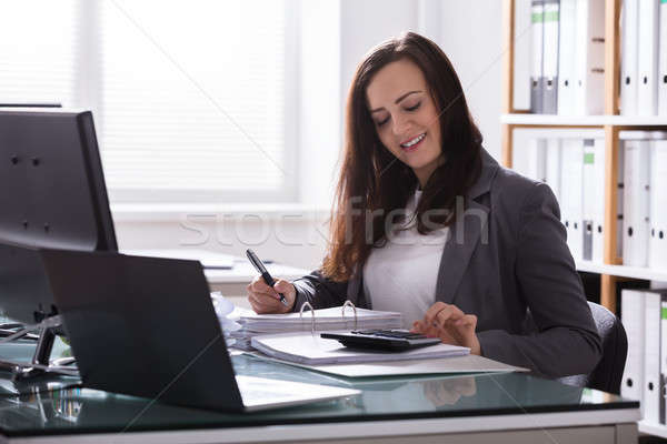 Zdjęcia stock: Szczęśliwy · kobieta · interesu · ustawy · młodych · Kalkulator · działalności