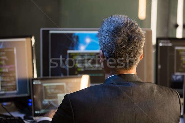 Affaires regarder multiple ordinateur vue arrière travaux Photo stock © AndreyPopov