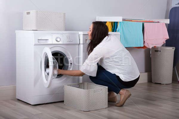 Mulher roupa máquina de lavar roupa vista lateral mulher jovem mulheres Foto stock © AndreyPopov