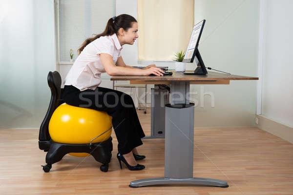 üzletasszony görbület ül fitnessz labda számítógép Stock fotó © AndreyPopov