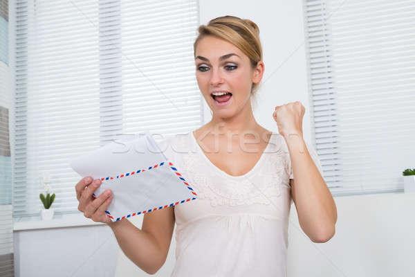 Сток-фото: счастливым · женщину · чтение · письме · домой