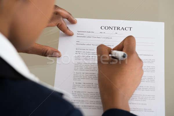 üzletasszony tömés szerződés űrlap közelkép iroda Stock fotó © AndreyPopov