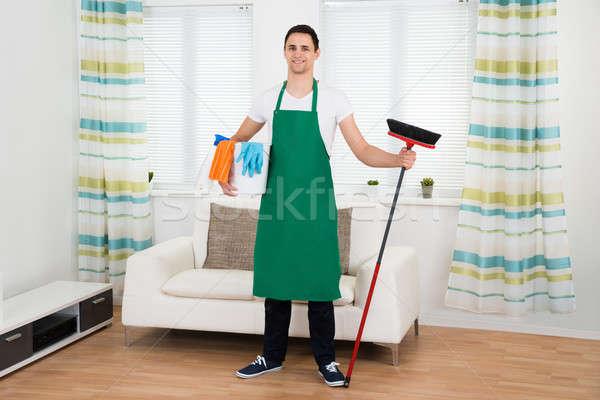 Szczęśliwy człowiek zielone fartuch czyszczenia Zdjęcia stock © AndreyPopov