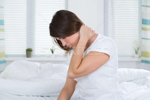 Zdjęcia stock: Kobieta · cierpienie · ból · szyi · młoda · kobieta · posiedzenia · bed