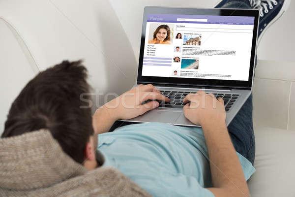 Man surfen sociale netwerken plaats laptop Stockfoto © AndreyPopov
