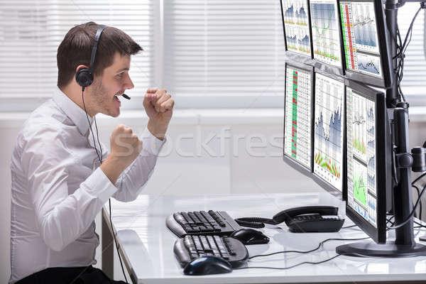 Feliz mercado de ações corretor olhando gráficos vista lateral Foto stock © AndreyPopov