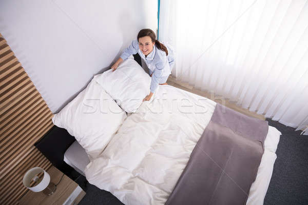 экономка подушкой кровать счастливым женщины номер в отеле Сток-фото © AndreyPopov