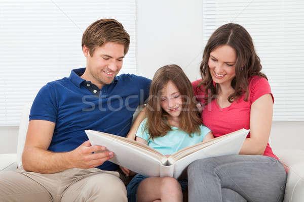 Mosolyog család néz fényképalbum megnyugtató kanapé Stock fotó © AndreyPopov