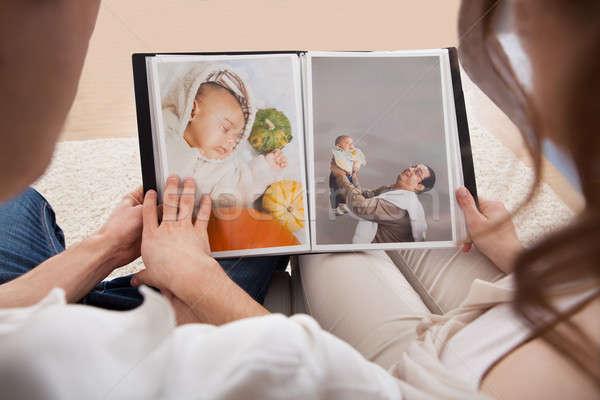 Coppia guardando photo album ritratto famiglia libro Foto d'archivio © AndreyPopov
