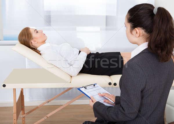 Psychiater onderzoeken patiënt jonge vrouwelijke Stockfoto © AndreyPopov
