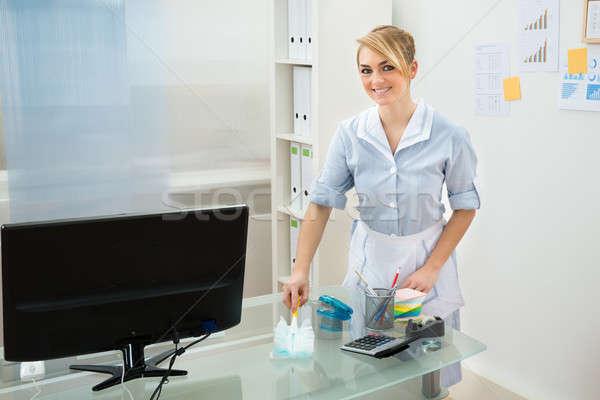 Pokojówka czyszczenia biurko biuro szczęśliwy uniform Zdjęcia stock © AndreyPopov