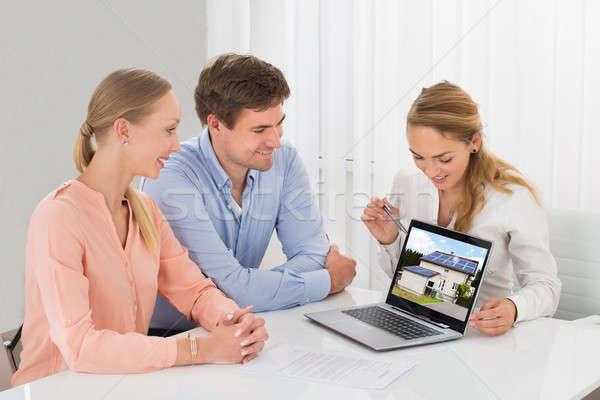 Сток-фото: агент · по · продаже · недвижимости · дома · пару · ноутбука · улыбаясь