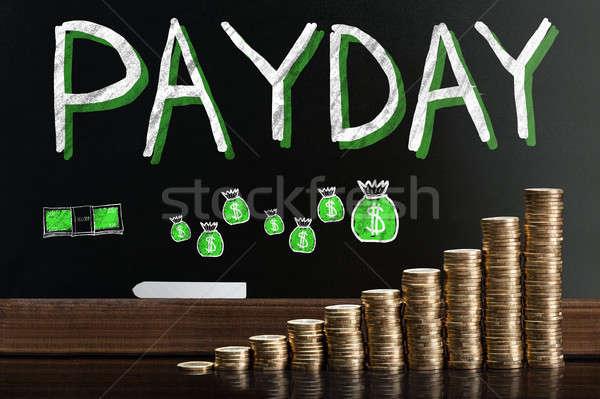 Betaaldag woord Blackboard achter munten Stockfoto © AndreyPopov