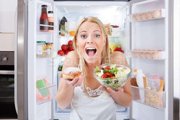 Jonge vrouw kom salade Stockfoto © AndreyPopov
