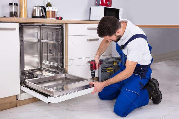 Teknisyen tamir bulaşık makinesi genç erkek mutfak Stok fotoğraf © AndreyPopov