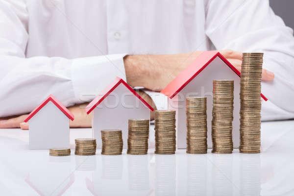 Empresario diferente tamaño casas monedas empresario Foto stock © AndreyPopov