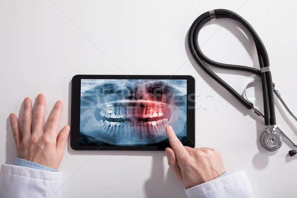 Doktorlar el dijital tablet ekran Stok fotoğraf © AndreyPopov