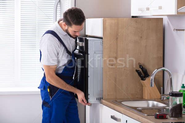Mannelijke elektricien oven jonge keuken Stockfoto © AndreyPopov
