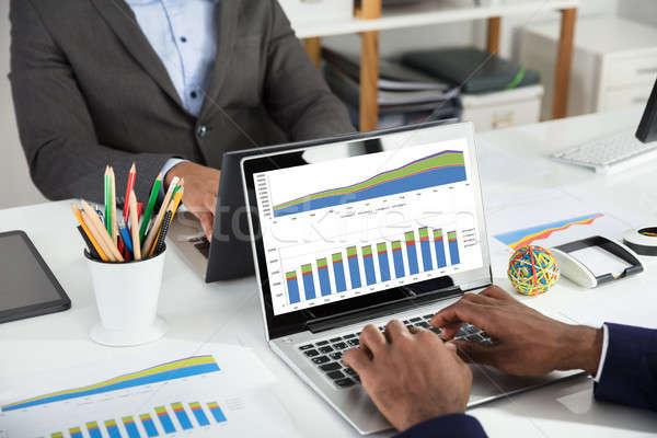 Stockfoto: Twee · financiële · grafiek · witte · bureau