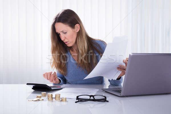 üzletasszony számla iroda közelkép érett fehér Stock fotó © AndreyPopov
