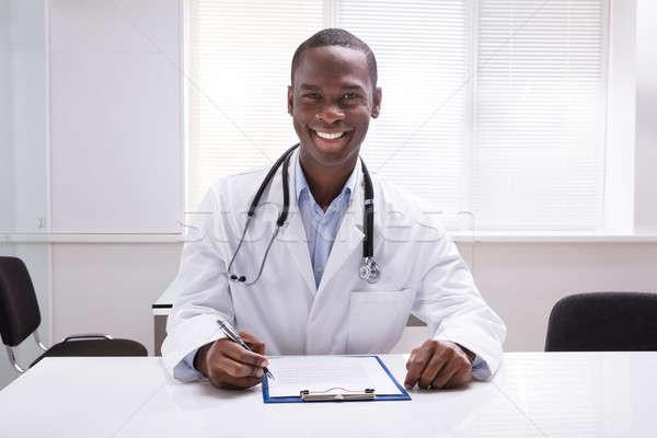 Médico do sexo masculino clipboard caneta sessão clínica Foto stock © AndreyPopov