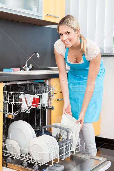 женщину блюд посудомоечная машина счастливым очистки Сток-фото © AndreyPopov