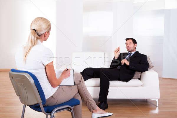 Homem falante psiquiatra ombro ver homem de negócios Foto stock © AndreyPopov