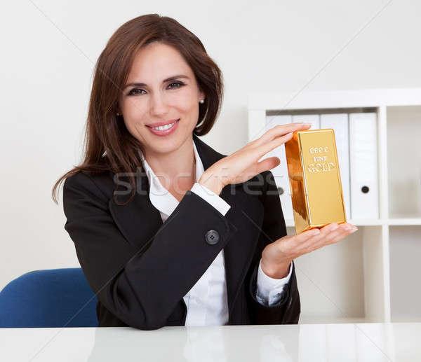 üzletasszony tart aranyrúd portré gyönyörű fiatal Stock fotó © AndreyPopov