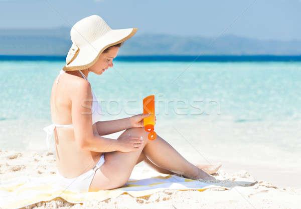 Mulher biquíni protetor solar vista lateral sessão Foto stock © AndreyPopov