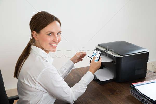деловая женщина мобильного телефона печати графа молодые счастливым Сток-фото © AndreyPopov