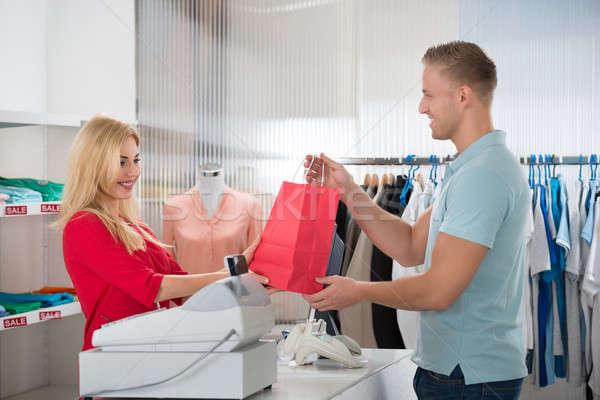 Boldog vásárló elvesz bevásárlószatyor elarusítónő bolt Stock fotó © AndreyPopov