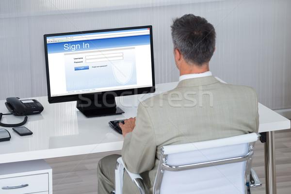 ビジネスマン 署名 ウェブサイト デスク オフィス 背面図 ストックフォト © AndreyPopov