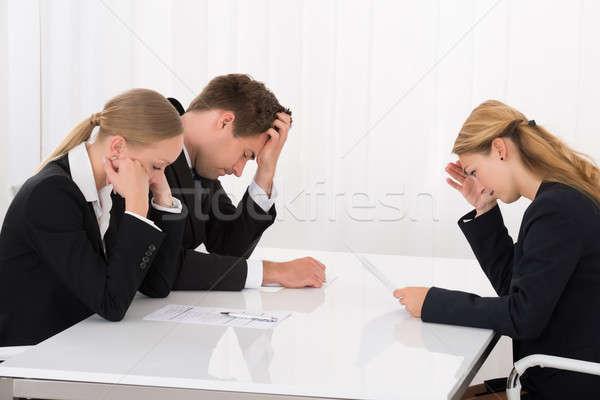 Foto d'archivio: Seduta · ufficio · tre · infelice · giovani