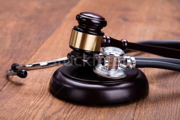 Primo piano martelletto medici stetoscopio legno desk Foto d'archivio © AndreyPopov