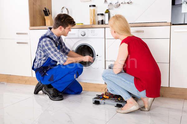Mężczyzna pracownika pralka kobieta patrząc człowiek Zdjęcia stock © AndreyPopov