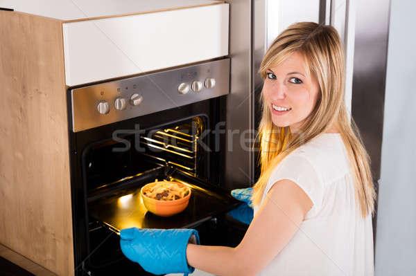 Vrouw oven jonge vrouw magnetronoven keuken Stockfoto © AndreyPopov