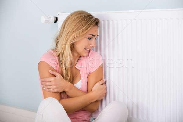 Kobieta uczucie zimno posiedzenia termostat młoda kobieta Zdjęcia stock © AndreyPopov
